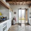 Casa di campagna moderna con cucina in muratura