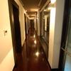 Corridoio con parquet e porte in legno