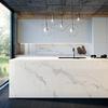 Cucina con rivestimento effetto marmo