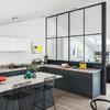 Cucina con vetrata che divide dal salotto