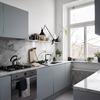 Cucina moderna azzurra con piani in marmo