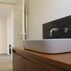 Dettagli del lavabo, con mobile di fattura artigianale in castagno (design. arch. Terlini)