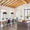 Grande open space con cucina in acciaio