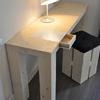la scrivania ha un cassetto integrato nel piano