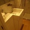 Mobile e lavello in marmo di Carrara direttamente su parete.
