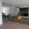 parete divisoria sala cucina in cristallo trasparente. porta scorrevole con maniglia in cristallo