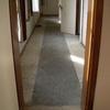 Particolare degli interni con infissi e pavimenti in pessimo stato