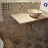 """Particolare del piano del lavello e delle """"riggiole"""" napoletane di recupero utilizzate come rivestimento per pavimento e pareti, insieme con nuove mattonellle di cotto artigianale"""