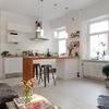 salone con cucina bianco