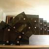 scala in cristallo trasparente nero e struttura in ferro