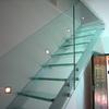scala in cristallo trasparente, parapetti trasparenti e struttura in acciaio