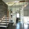 scala MILUNA con ringhiera in metallo e parete in vetro