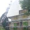 Sollevamento del tetto con camion dotato di gru. Rasatura delle facciate.