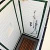 Vano doccia con rubinetterie in acciaio satinato e nicchia porta ogge