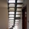 Particolare della scala interna in legno