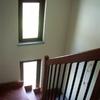 Vista della scala in legno e delle vetrate