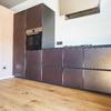 Vista cucina. Si nota la combinazione legno/resina.