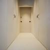 Vista disimpegno zona notte, con porte montate a filo muro.