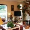 Vista soggiorno arredato con particolari scala in legno e vetrate di luce