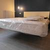 Zona notte con letto e comodini in sospensione