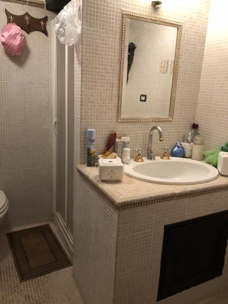 Bagno lungo e stretto che ne pensate della doccia davanti for Divano davanti porta finestra