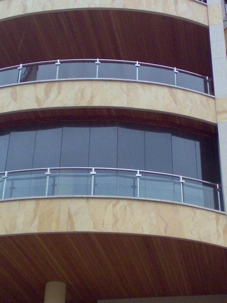 chiusura terrazzo con vetrate frangivento scorrevoli ed ...