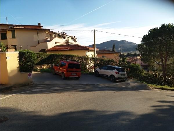 Quanto deve distare una tettoia per parcheggio dalla carreggiata?