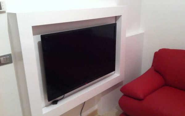 Posso appendere una tv su una parete di blocchi di gesso?