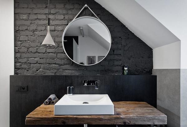 Dove si installa la luce in questo bagno?