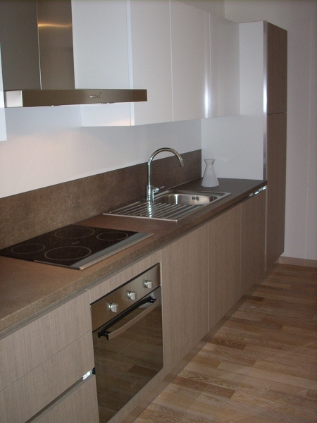 Cucina rasata bianca con parquet habitissimo - Cucina bianca e marrone ...