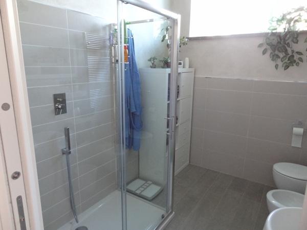Il mobile vicino alla doccia è Ikea?