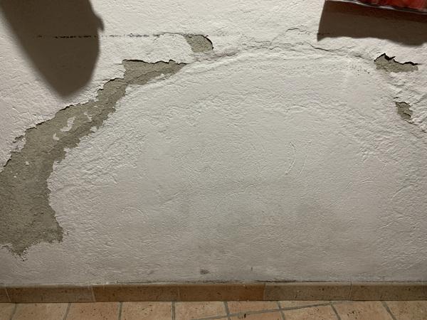 Come imbiancare una parete che si gretola per l'umidità?