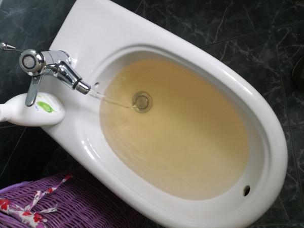 Perch esce acqua calda di colore giallo habitissimo - Non esce acqua calda dallo scaldabagno ...