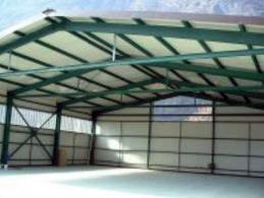 Capannone in ferro con finestre alte 1 50 x 1 00 pi porta for Costruire un capannone