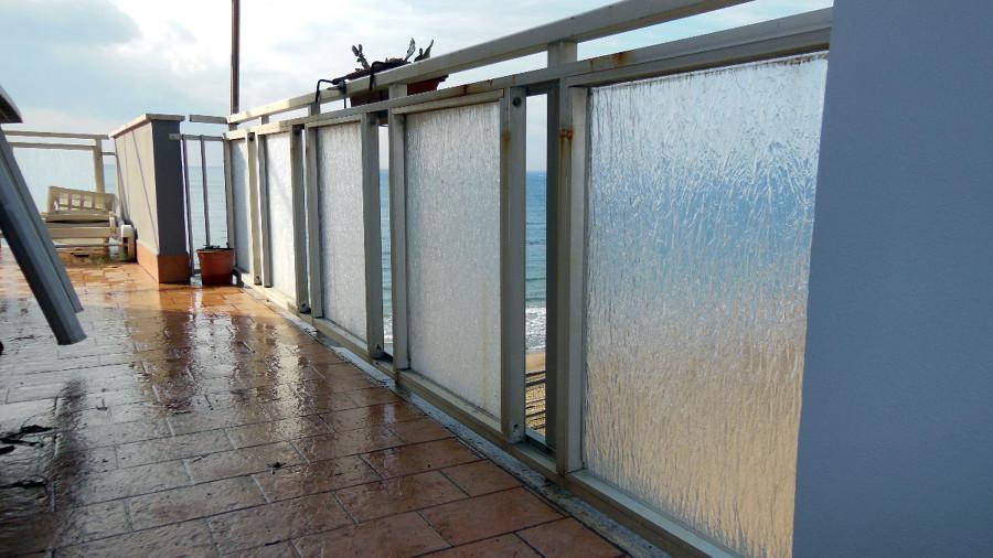 Sostizione vetri opachi con cristalli chiari su un balcone for Infissi balcone