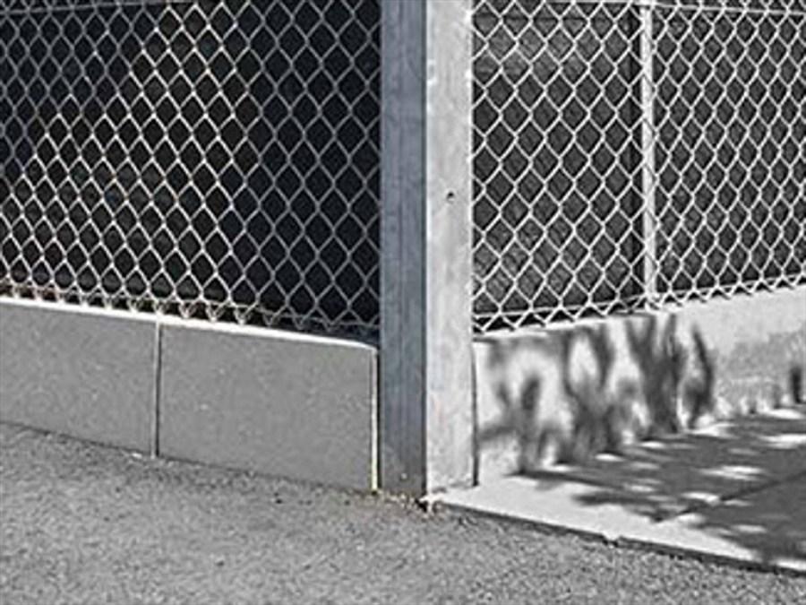 Realizzare recinzione con cordolo in cemento pali e rete for Pali cemento per recinzione