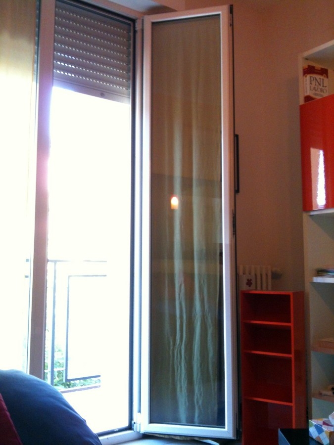 Installazione di una gattaiola su porta finestra bologna - Condensa finestre doppi vetri ...
