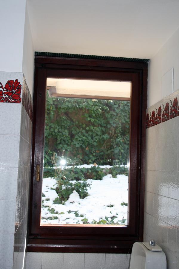 Installare vetri antisfondamento oscurati su finestre in - Finestre doppi vetri ...