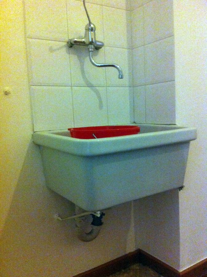 Installare un lavello cucina di ceramica su staffe - Lavello cucina ceramica da appoggio ...