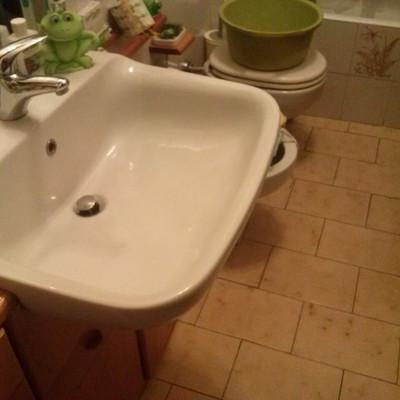 Piccolo bagno (circa 4 mq2 x 3 m altezza); ristrutturazione completa con resina oppure solo ...