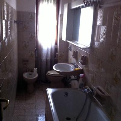 Ristrutturare bagno eliminare carta da parati e - Imbiancare il bagno ...