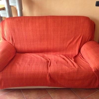 Rivestire divano vecchio idee per il design della casa for Quanto costa rivestire un divano