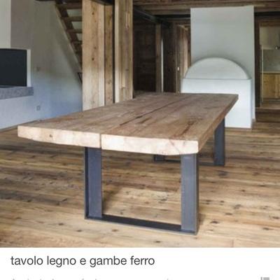 Tavolo con la base in ferro battuto e l appoggio in legno - Torino ...