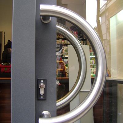 Sostituzione porta di ingresso del negozio monterotondo - Maniglia porta ingresso ...