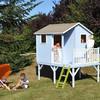 Casetta di legno in giardino bambina