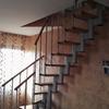Verniciatura gradini e corrimano scala in legno